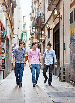 Javier Sánchez with friends out and about in Barcelona's old city (photo)